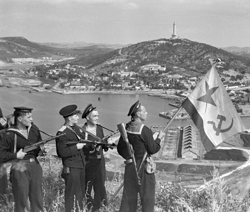 Hoisting the banner in Port-Artur (1945)
