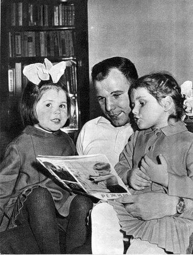 Photo Cosmonaut Yuri Gagarin with his daughters
