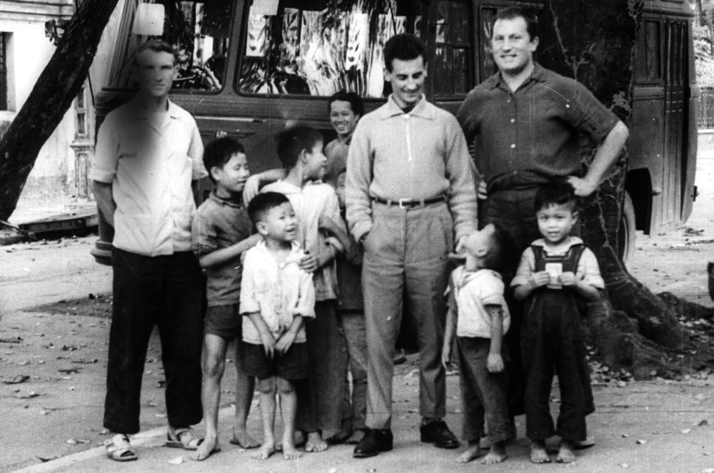 Photo Soviet military specialists in Vietnam during the war and Vietnamese children