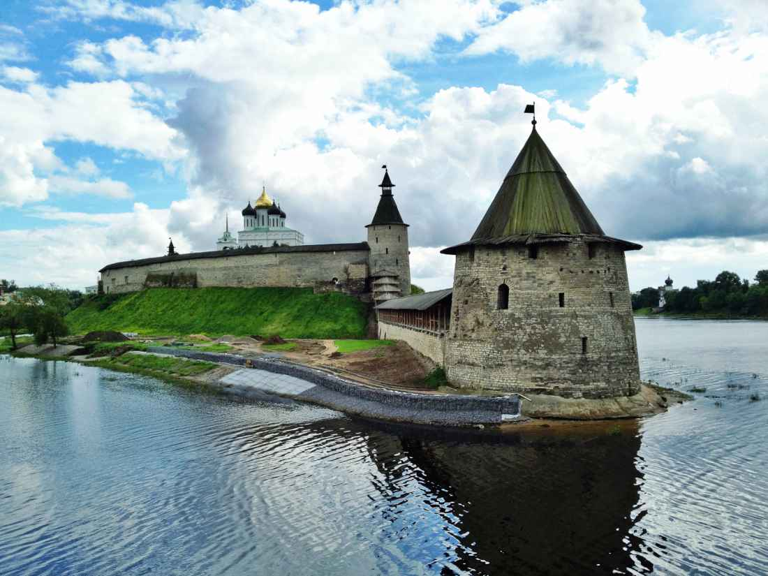 Can you please tell how many kilometers from St. Petersburg to Pskov And the name of a good hotel in Pskov